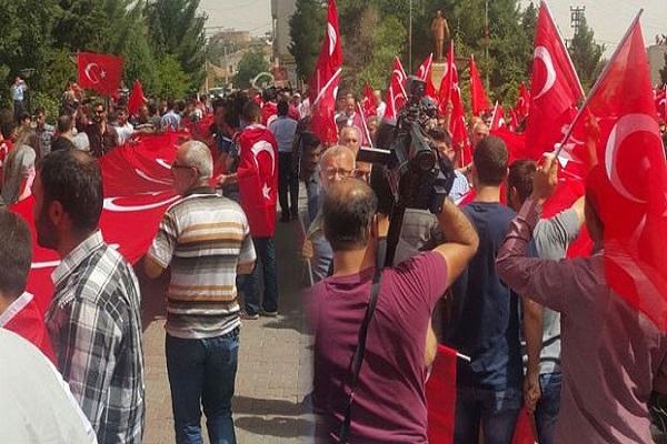 Midyatlı vatandaşlar teröre karşı Türk bayraklarıyla sokağa döküldü