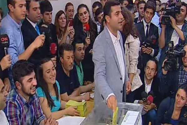 HDP Eş Genel Başkanı Selahattin Demirtaş oyunu kullandı