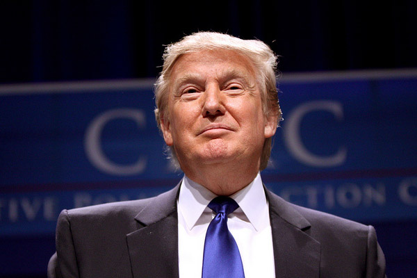 Donald Trump'ı gizli servis ajanları kürsüden indirdi