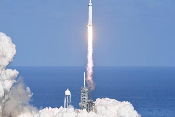 En güçlü roket Falcon Heavy uzaya fırlatıldı