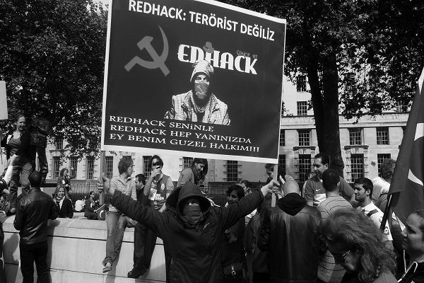 Londra'da iki ayrı protesto 5 bin kişi yürüdü