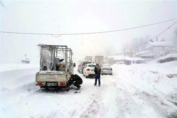 Kar yağışı Bolu Dağı'nda trafiği felç etti