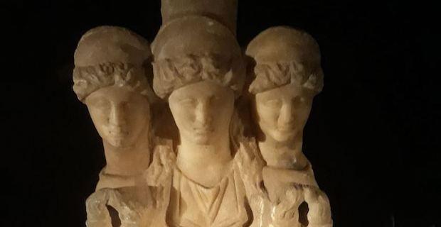 Türkiye'de Roma dönemine ait 3 başlı kadın heykeli ele geçirildi