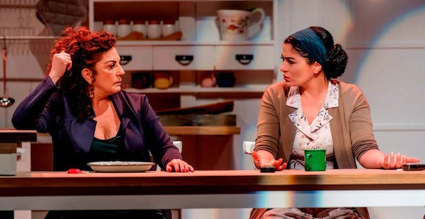 Deniz Çakır ve Derya Alabora tiyatro oyunu için Londra'ya geliyor