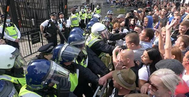 Londra'da polis Kovid-19 tedbirleri ve aşısı karşıtlarının düzenlediği gösteriye müdahale etti