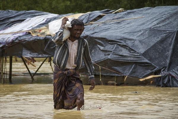 Şiddetten kaçan Arakanlı Müslümanlar sele yakalandı