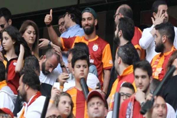 Arda Turan, Sneijder gol atınca kendinden geçti