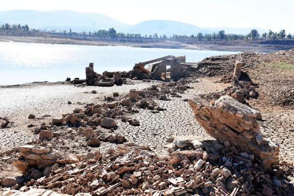 Barajda sular çekilince 300 yıllık köy ortaya çıktı