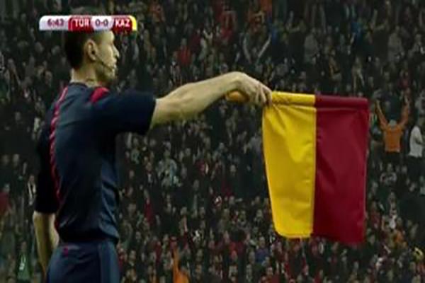 Kazakistan Türkiye maçında hakemler bayraklarını unuttu