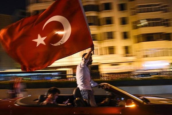 İngiliz basını, Türkiye'de darbe girişiminden 1 yıl sonra da demokrasi tehlikede