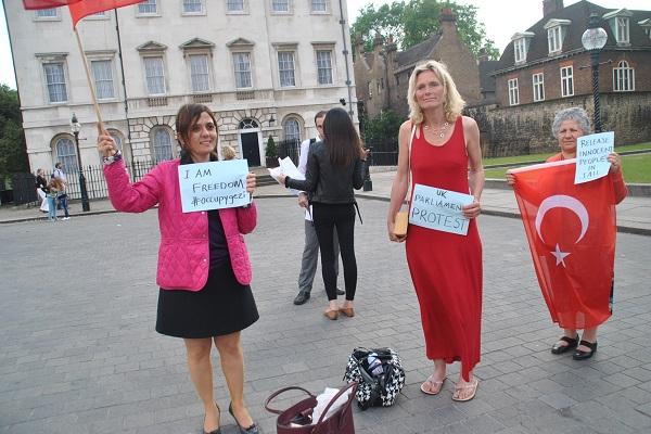 Duran Adam İngiltere Parlamentosu önündeydi