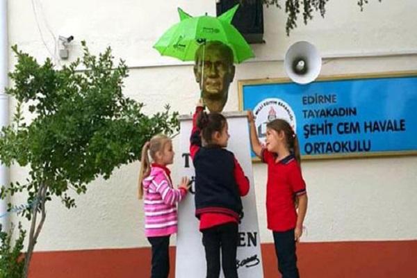 Atatürk ıslanmasın diye şemsiye açtılar