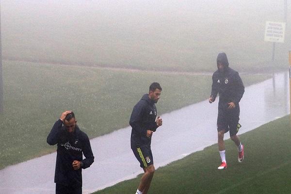 Sarı lacivertli futbolcuların sisle imtihanı