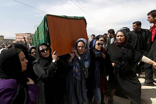 Ferhunde'nin cenazesini kadınlar taşıdı