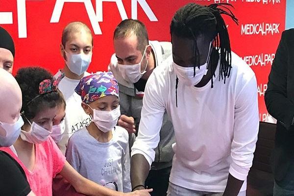 Galatasaraylı Gomis'ten kanser hastası çocuklara anlamlı ziyaret