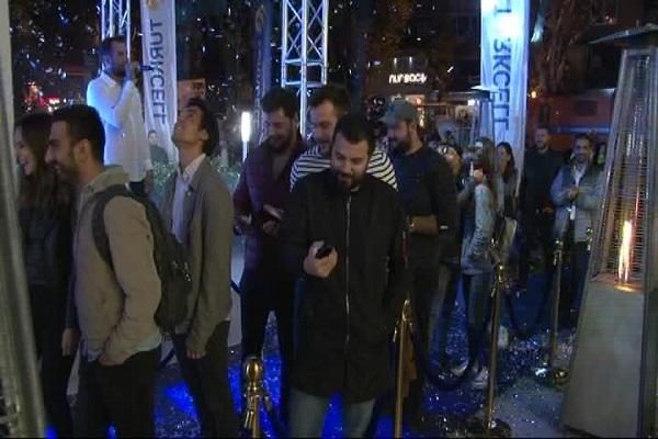İstanbul'da gece yarısı iPhone 8 izdihamı