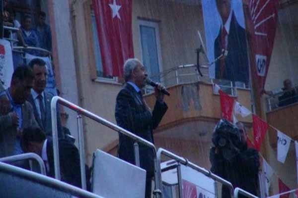 CHP lideri Kemal Kılıçdaroğlu yağmurun altında konuştu