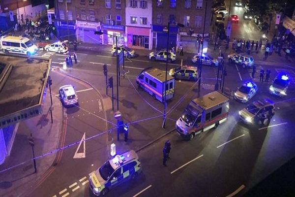 Londra'da teravih namazından çıkan gruba saldırı