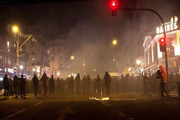 Polis şiddetini protesto eden gruba polis müdahalesi