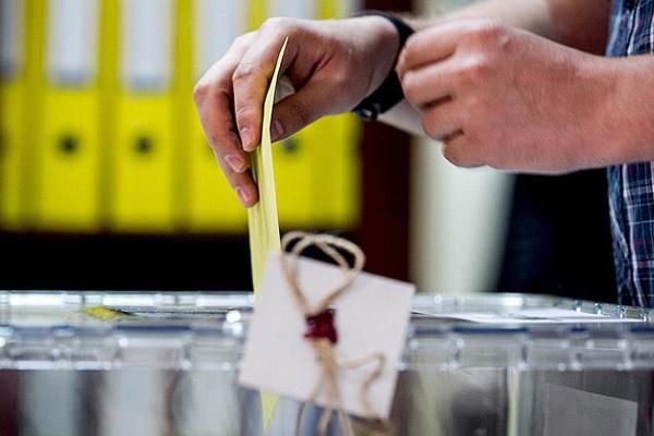 Türk seçmenler referandum için sandık başına gitti ilk gün rekoru kırıldı