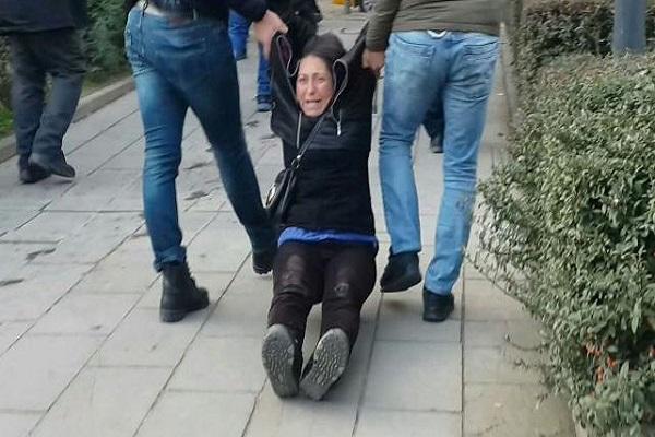 Semih Özakça'nın annesi sürüklenerek gözaltına alındı
