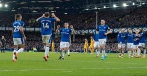 Türk futbolcuCenk Tosun attığı iki gol sonrası Everton'da ilk onbirde yerini sağlamlaştırdı