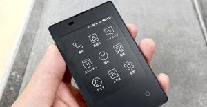 Japonya'da kredi kartı boyutundaki cep telefonu satışa çıkıyor