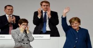Angela Merkel 18 yıllık görevini devretti