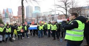 """Hollanda'da """"sarı yelekliler"""" hükümetin istifasını istiyor"""