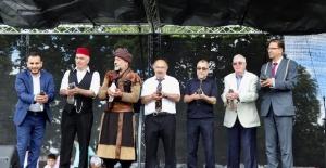 Luton'da Türk Kültür Festivali'nde barış güvercinleri