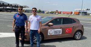 Türk polisi ve Türkçe Sırpça bilen YTB personelleri Sırbistan sınır kapılarında vatandaşlara yardımcı oluyor