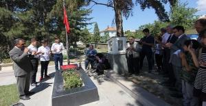 Karneleriyle Aybüke öğretmenin mezarına koştular