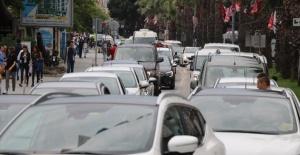 Tatilciler yola çıkınca 1 kilometrelik araç kuyruğu oluştu