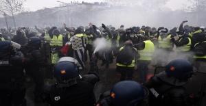 Fransa'da akaryakıt zammı protestosuna müdahale sürüyor