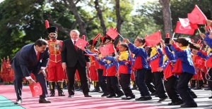 Venezuela Devlet Başkanı yere düşen Türk bayrağını kaldırdı