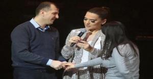 Demet Akalın 35 bin TL'lik yüzüğünü konserine gelen hayranına hediye etti