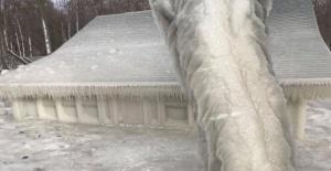Şiddetli kar fırtınası evi buzla kapladı