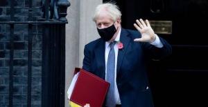 İngiltere Başbakanı Johnson'dan rekor düzeyde artan koronavirüs vakalarını önlemek için daha sıkı önlemler