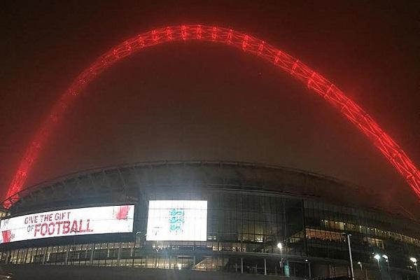 Londra'daki ünlü çelik kemer İstanbul için kırmızıya büründü