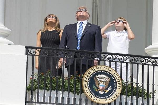 Büyük doğa olayını izleyen Trump olay oldu