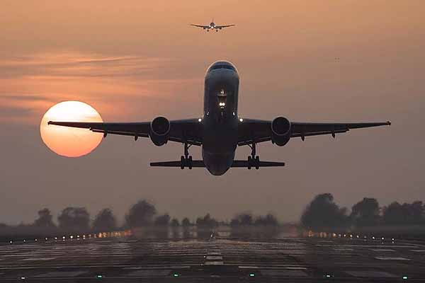Alkollü kadın yolcular olay çıkartınca uçak havaalanına geri döndü