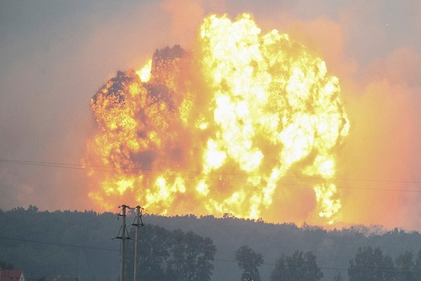 Ukrayna'da patlama on binlerce kişi tahliye ediliyor