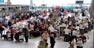 Seçim günü dönenler havalimanlarına sığmadı