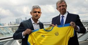 Londra Belediye Başkanı Sadiq Khan'a Mansur Yavaş'tan Ankaragücü forması hediye