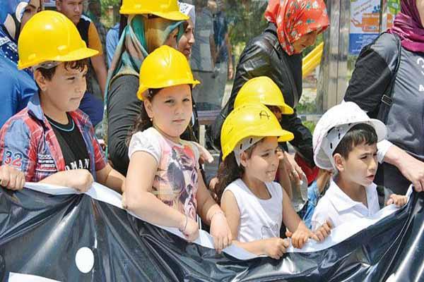 Soma'da şehit olan madenci çocukları en ön sırada
