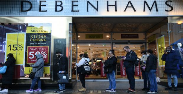 Londra'nın kapanacağını öğrenen halk, Regent ve Oxford caddelerindeki mağazalarda kuyruklar oluşturdu, son dakika