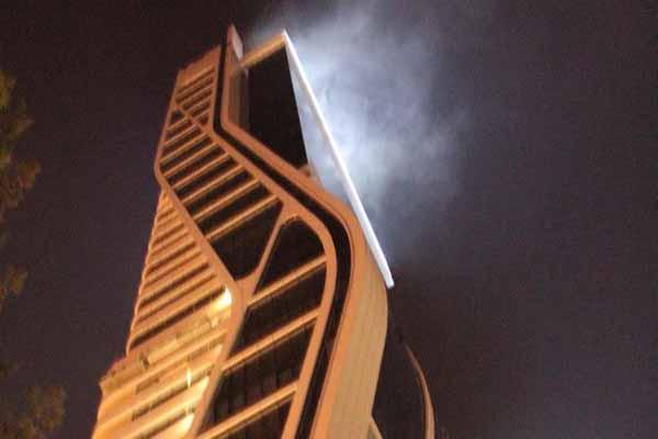 İzmir'de ikiz kulelerin çatı katında yangın çıktı