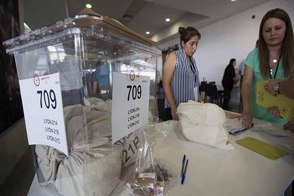 Almanya'da seçmenler oy kullanmaya başladı