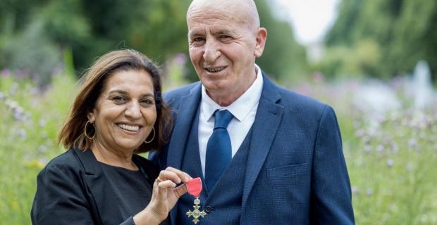 Kıbrıslı Türk Hackney Meclis Üyesi Mete Çoban Prens Charles'ın elinden MBE ödülünü aldı
