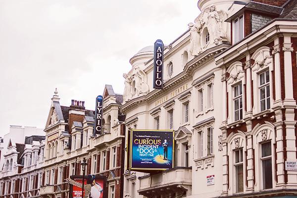 Londra'da Noel öncesi Apollo Tiyatrosu gösteri anında çöktü